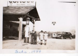 9745-waiting-for-the-school-bus-at-sula-1944